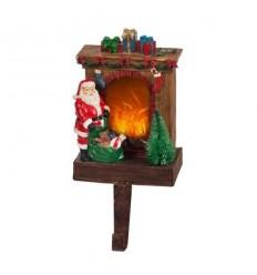 Дядо Коледа пред камината